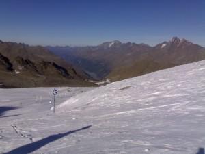 Blick auf den Kaunersee und die schneefreien grünen Berge