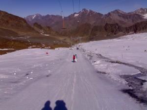 Die Schatten sin Jonathan und Rainer, Susi ist in hellblauer und Tanja in roter Jacke zu sehen.